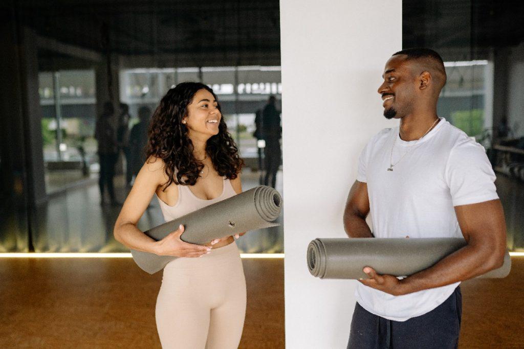 couple avec tapis de yoga